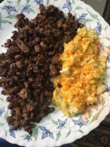 لحم مفروم مع بيض مقلي