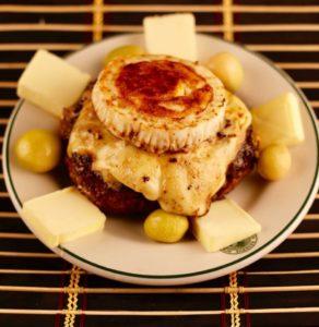 برجر بالجبن الشيدر والزبدة والزيتون