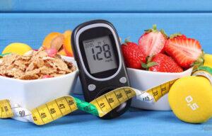 جهاز قياس سكر الدم وسط أطباق الفاكهة